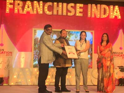 (Best K12 Publisher of the Year being received by Ms Sonia Handa, Senior Vice President, Educomp Solutions)